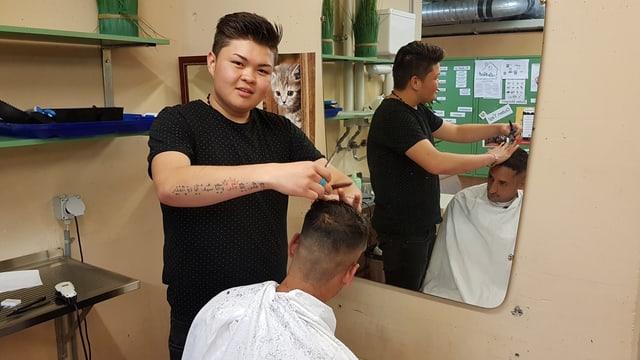Mann schneidet die Haare eines anderen