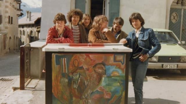 Eine Gruppe von Jugendlichen lehnt auf einem Stein.
