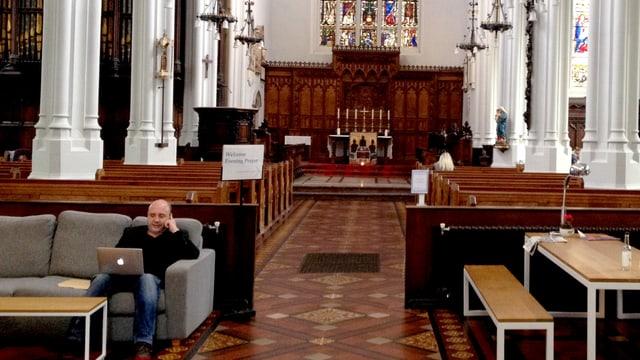 Kircheninnenraum: hinter den Sitzreihen stehen Sofas und Tische.
