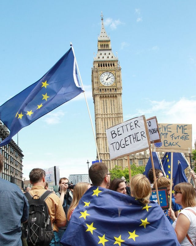 Big ben cun davant si ina bandiera da l'UE.