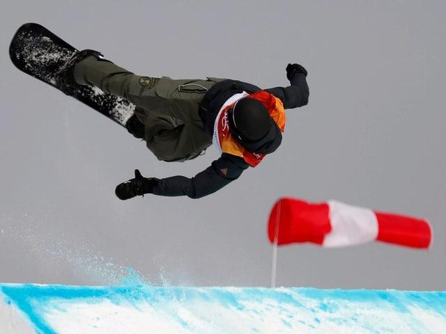 Snowboarder Jonas Bösiger springt von der Schanze ab.