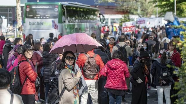 Bild aus besseren Zeiten: Touristen einer 4000 Personen grossen chinesischen Reisegruppe einer Kosmetikfirma treffen auf dem Inseli in Luzern ein.