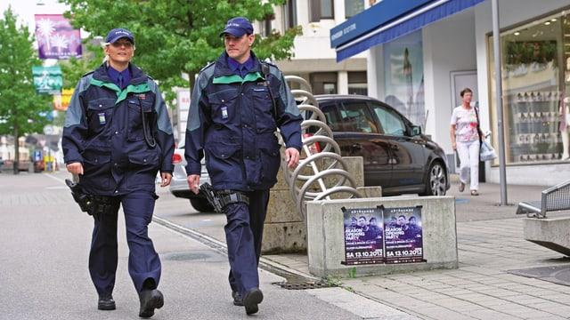 Zwei Polizisten zu Fuss