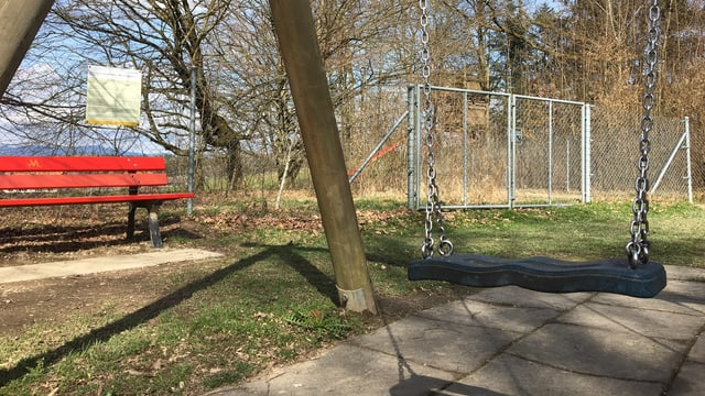 Schaukel und rote Ruhebank auf dem Spielplatz Musterplatz in Langenthal