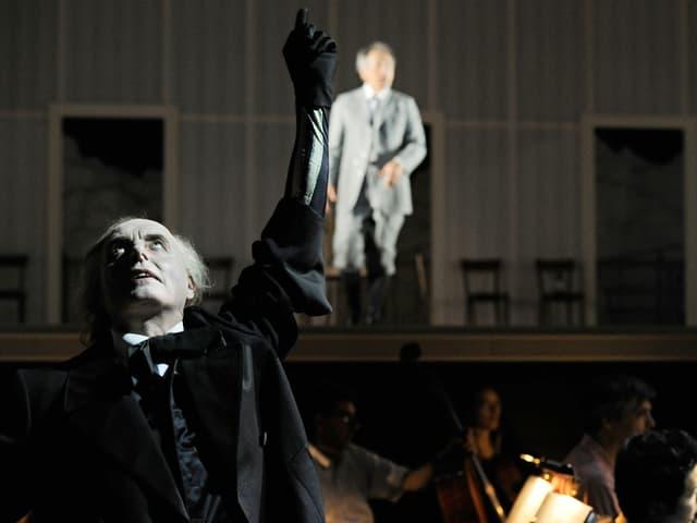 Ludwig Boettger als Charles Baudelaire (vorne links), hinter ihm verschwommen Richard Wagner (Robert Hunger-Bühler).