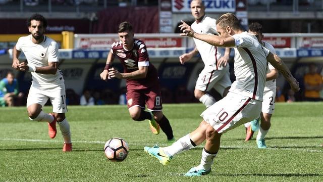 Francesco Totti schiesst den Ball.