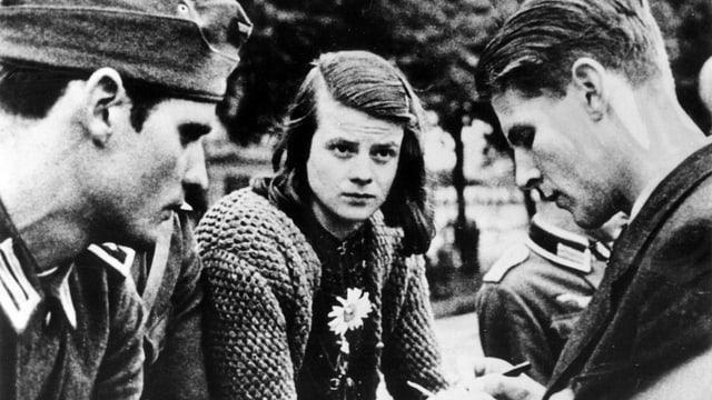 Schwarzweiss-Foto, Hans Scholl in Uniform, Sophie Scholl mit ernstem Gesicht.