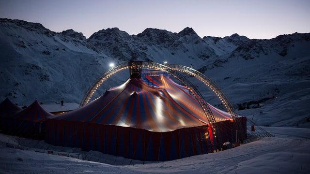 Ein Zirkuszelt in den Bergen.