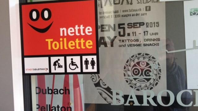 Nette Toilette an einer Tür