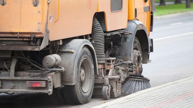 Eine Strassenreinigungsmaschine im Einsatz.