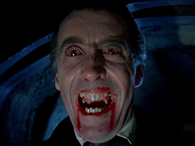 Lee als Dracula mit weit aufgrerissenen Augen und blutverschmiertem Mund.