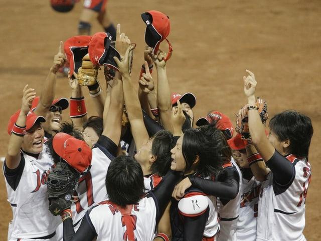 Japans Softball-Nationalteam jubelt über den Olympiasieg 2008