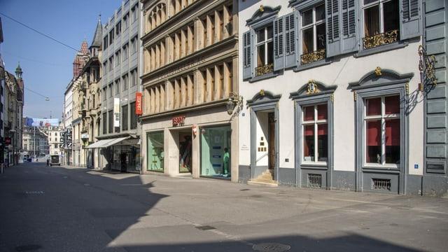 Menschenleere Gassen mit geschlossenen Geschäften und Restaurants in Basel.
