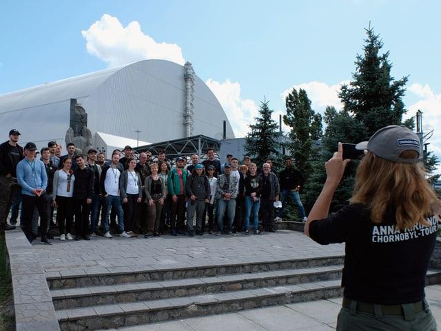 Die Touristengruppe will ein Foto.