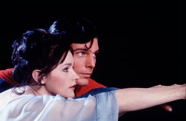Auf dem Bild sind Superman und Lois Lane zu sehen.