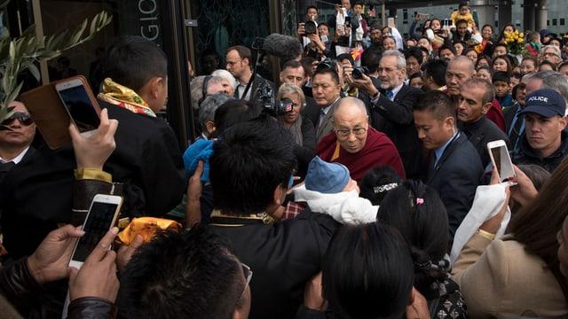 Il Dalai Lama anez ina schurma da persunas che spetgan ad el.