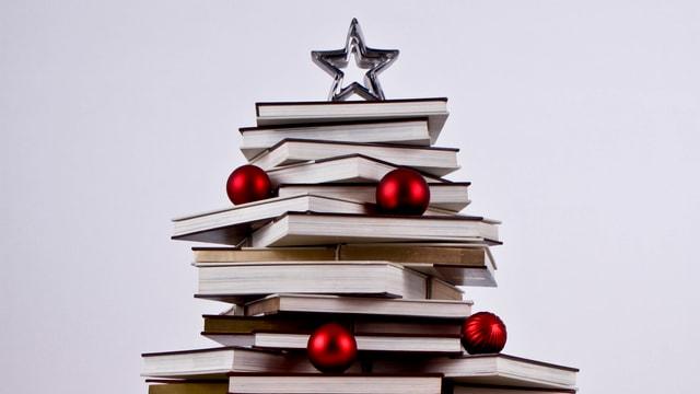 Gestapelte Bücher wurden zu einem Weihnachtsbaum arrangiert.