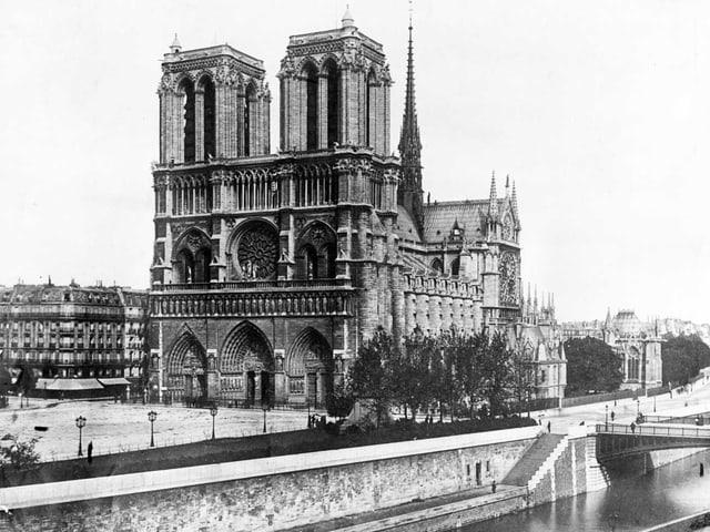 Ein Schwarz-Weiss-Bild der Notre-Dame.