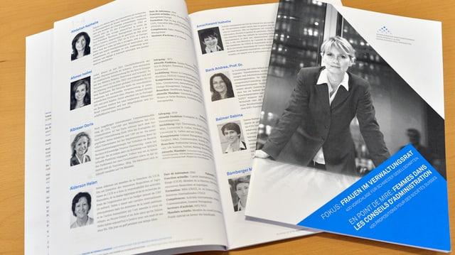 Aufgeschlagenes Heft mit Porträts und Texten von Frauen