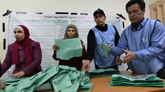 Wahlhelfer in Jordanien zählen Stimmzettel aus.