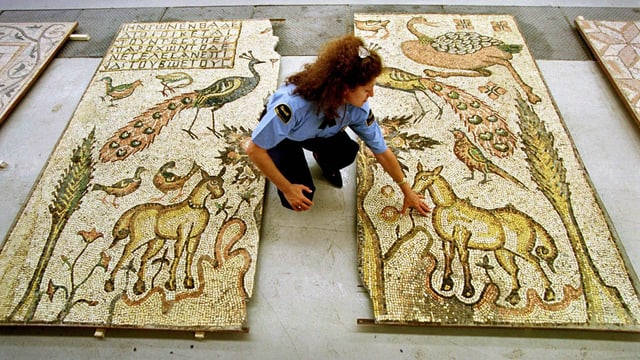 Zollfahnderin mit zwei Mosaiken