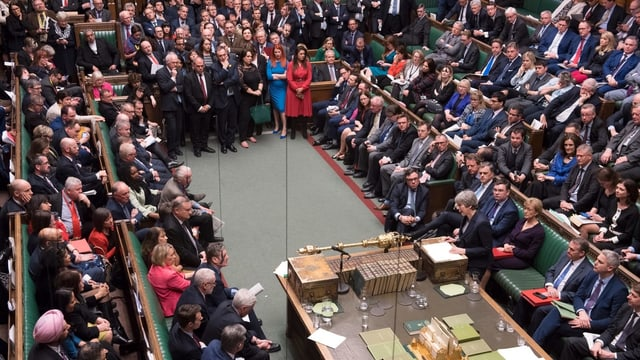 La sala dal parlament cun parlamentaris e Theresa May che tegna in pled.
