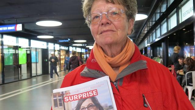 Frau mit Strassenmagazin Surprise