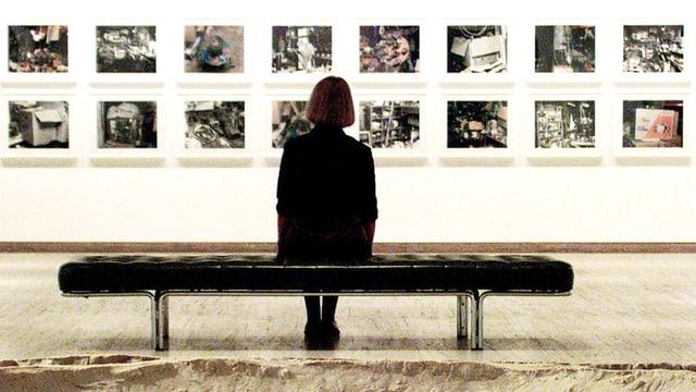 Die Besucherin einer australischen Galerie allein vor 16 Photographien von Jean-Frédérics Schnyder.