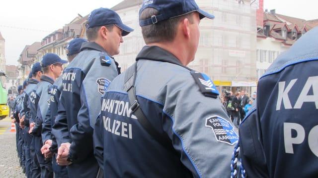 Polizisten stehen in einer Reihe