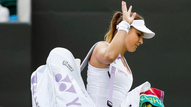 Belinda Bencic banduna il plaz a Wimbledon.