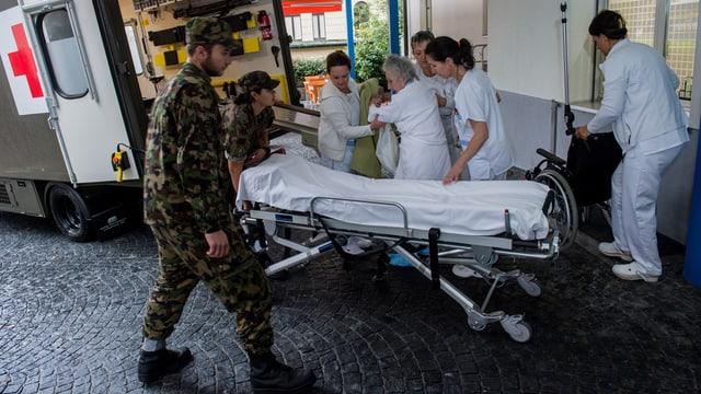Eine alte Frau wird aus einem Spital evakuiert.