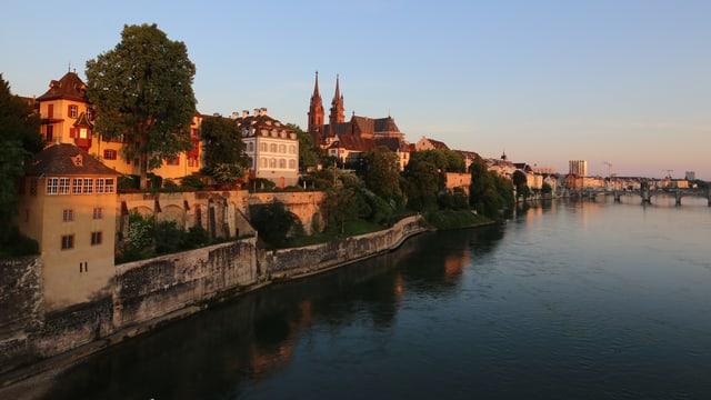 Rötliche beleuchtete Häuser am Rhein.