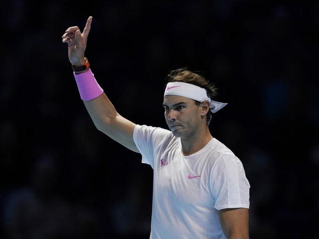 Rafael Nadal zeigt mit dem Finger nach oben.