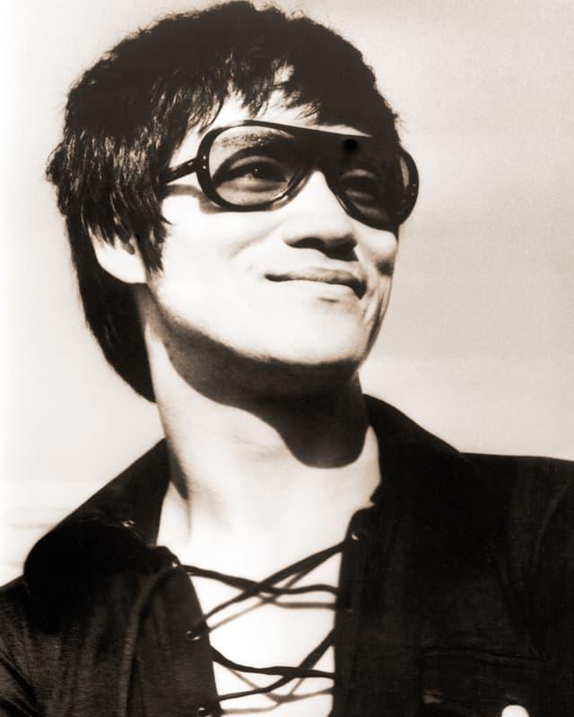 Bruce Lee mit Sonnenbrille