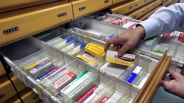 Eine Schublade in einer Apotheke mit Medikamenten darin.