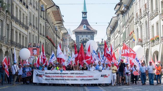 Demonstration durch die Berner Innenstadt, mit vielen Flaggen und Bannern.