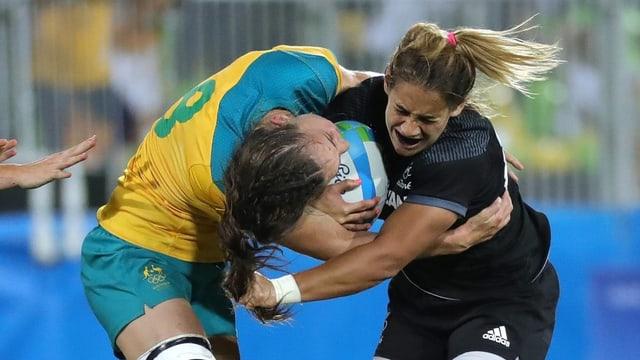 Australia encunter Nova Zelanda en il final da rugby a Rio.