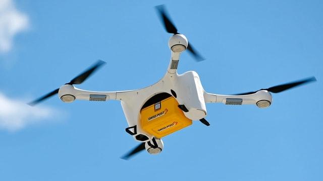 Drona che transportescha in pachet da La Posta Svizra.