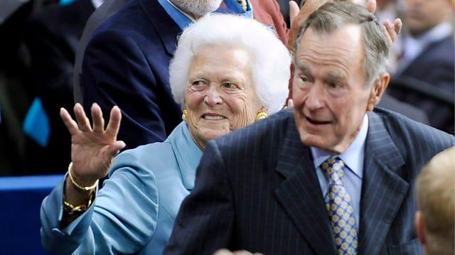 Barbara und George H.W. Bush hintereinander gehend.