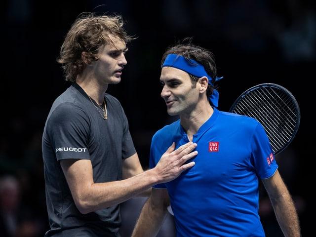 Roger Federer gratuliert Alexander Zverev zu seinem Sieg an den ATP Finals.