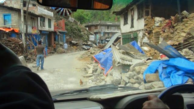 Autofahrt durch ein zerrüttetes Bergdorf bei Kathmandu