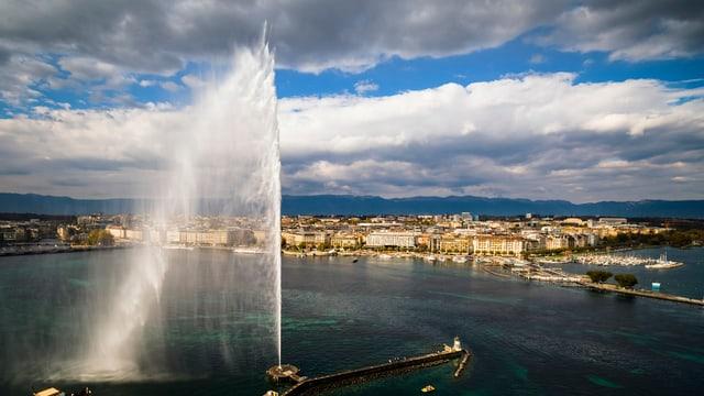 vista sin la citad da Genevra cun il Jet d'eau (la funtauna d'aua)