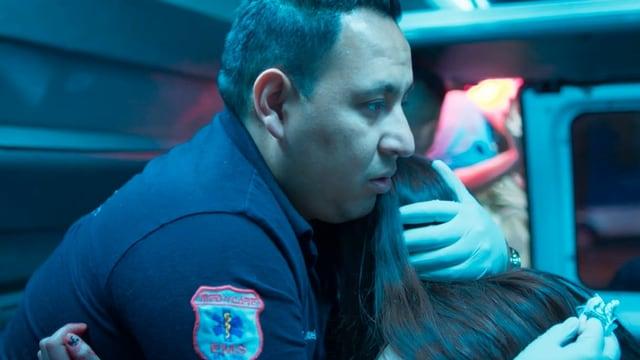 Die «Midnight Family» versorgt eine Patientin, der bei einem Angriff die Nase gebrochen wurde. Wer übernimmt die Kosten?