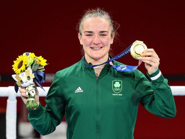 Kellie Harrington präsentiert ihre Goldmedaille