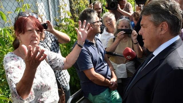Vizekanzler Gabriel spricht mit einer Demonstrantin in Heidenau.