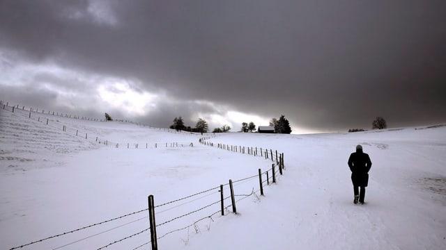 Frau allein im Schnee