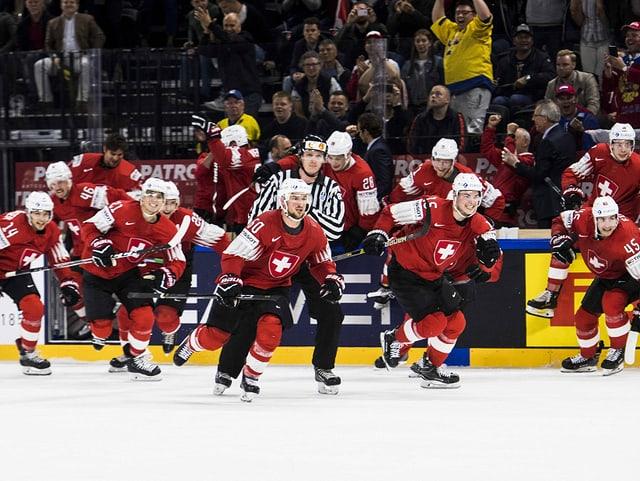Schweizer Spieler stürmen nach dem Spiel gegen Kanada auf ihren Goalie.