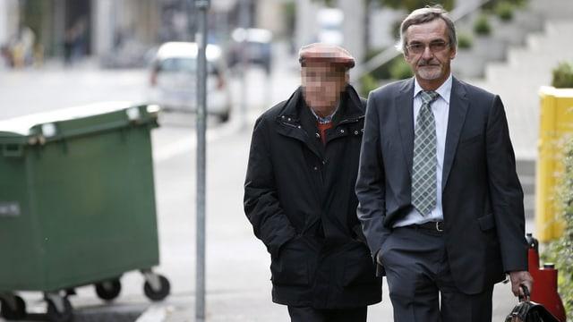 Der Angeklagte Rentner im Bootsdrama auf dem Bielersee (links) und sein Verteidiger Peter Saluz unterwegs zum Gerichtsgebäude.