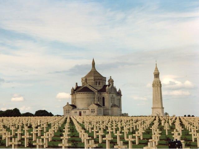 Zahlreiche Gräber vor einer Kirche