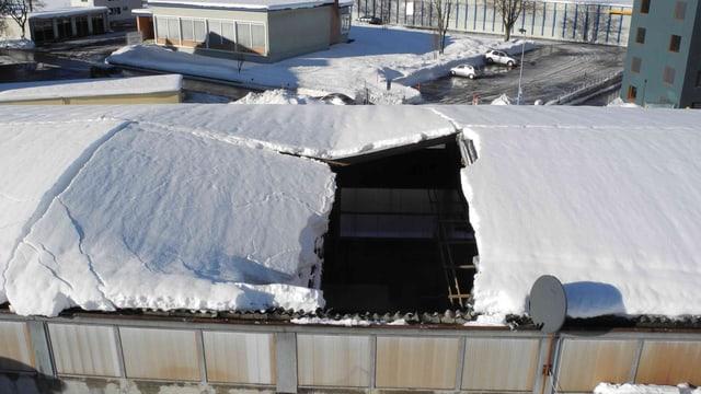 Das schneebedeckte Dach ist an einer Stelle eingestürzt.